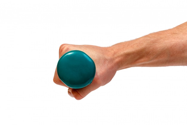 Мужская рука держа зеленую гантель изолированный. минималистичная концепция.