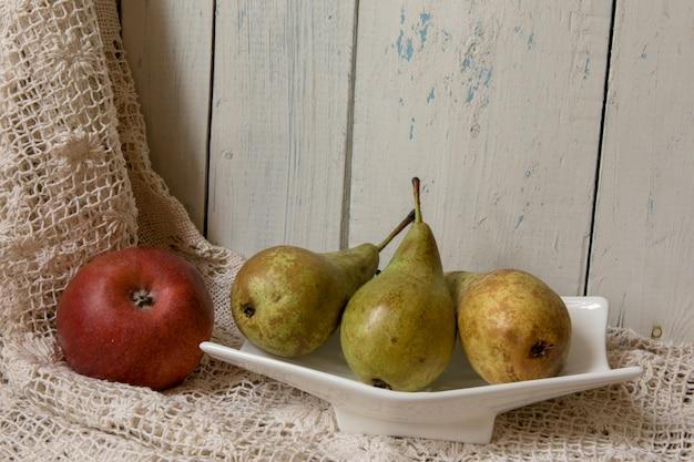 白い木の上の新鮮な果物。