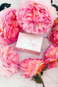 Розовая роза с подарочной коробкой