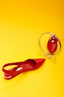 黄色の革の女性革靴
