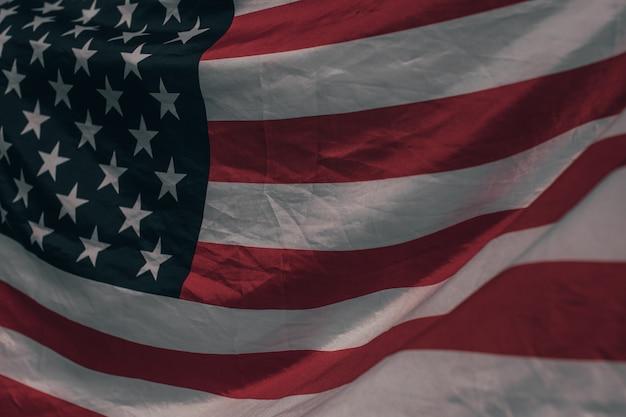 アメリカ合衆国の旗。風になびいてアメリカの国旗のイメージ。