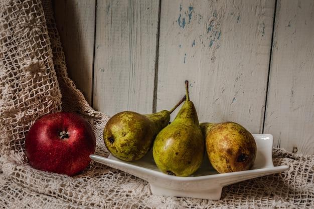 白い木の上の新鮮な果物