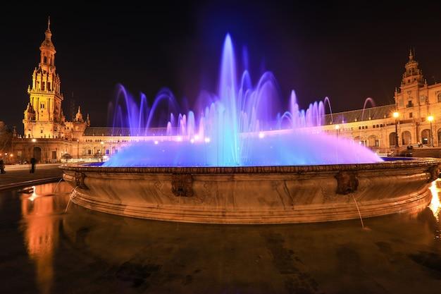 スペイン、セビリア、夜のスペイン広場またはビセンテトラバーの噴水のあるスペイン広場