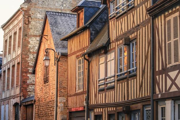 オンフルール、ノルマンディー、フランスの旧市街の家のストリートシーン