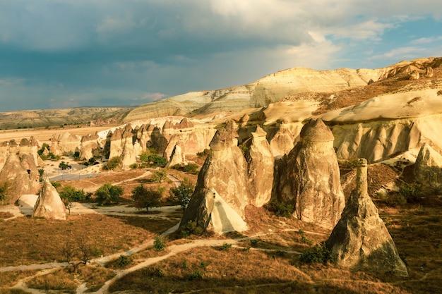 カッパドキアの砂山のある谷。幻想的な風景。