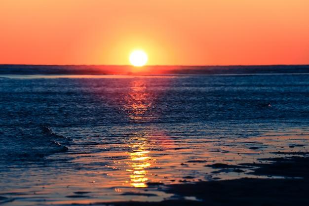ビンテージスタイルのコピースペースとビーチに沈む夕日