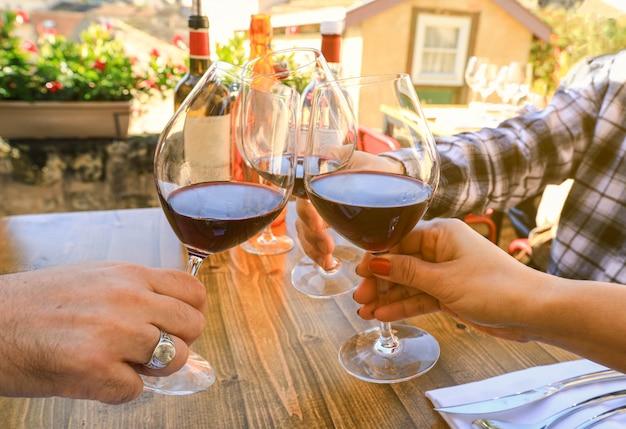 メガネを押しながらレストラン、お祝い概念でお祝いパーティーで乾杯の手