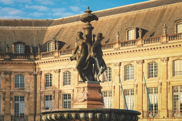Три грации фонтан на площади бурса, бордо. эта площадь является одним из самых представительных произведений классической французской архитектуры.
