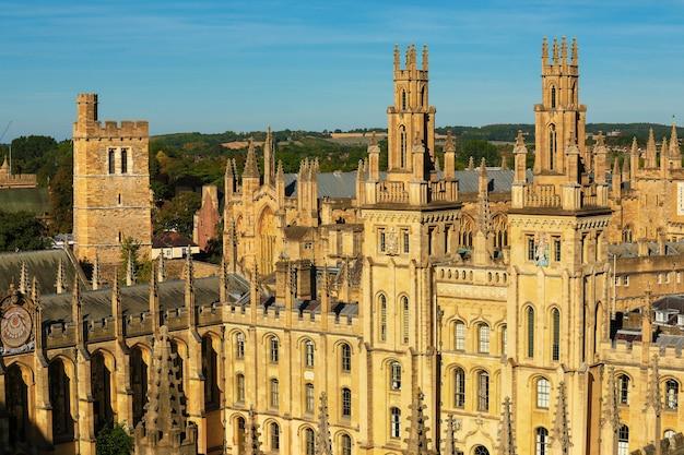 美しい夏の日、オックスフォード大学のオールソウルズカレッジ
