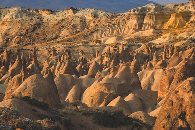 カッパドキアの砂山の谷。幻想的な風景。
