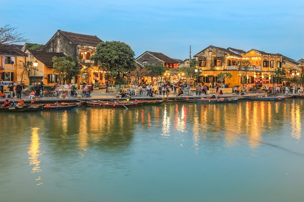 ホイアンの街を歩いて観光客でいっぱい夕暮れ時に古代の町