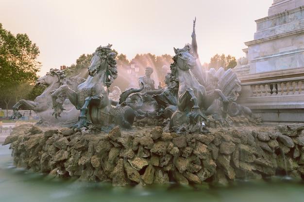 フランス、ボルドーのカンコンス広場にあるジロンダン革命家を称えるために建てられた噴水とそびえ立つ柱のある記念碑