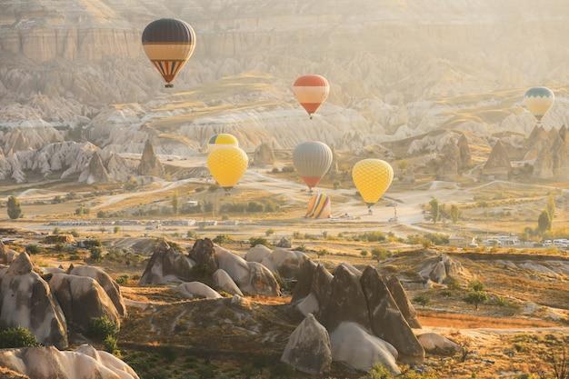 Выборочный фокус на красочные воздушные шары летать над долиной в каппадокии. воздушные шары - традиционная туристическая достопримечательность в каппадокии.