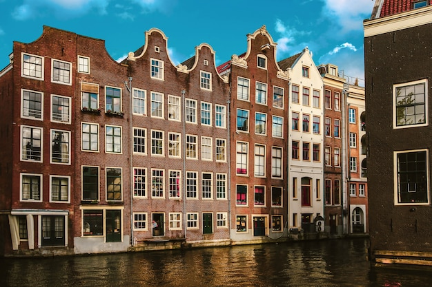 オランダの運河沿いのアムステルダムの建物。