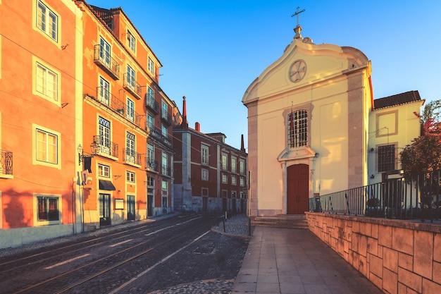 ポルトガル、リスボンのアルファマ旧市街にファサードを構築する古い伝統的な居住者