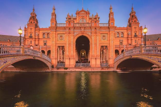 スペイン広場またはスペイン広場、スペインのアンダルシア、夕方青い時間中にセビリアのスペイン広場