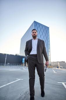 Бизнесмен перед корпоративными зданиями
