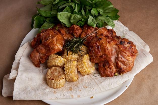 熱い炎のような炭火グリルで野菜とバーベキューローストチキンの胸肉