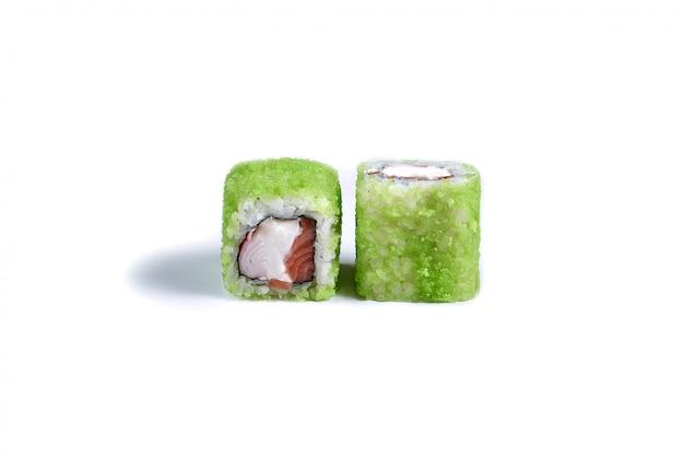 Японские роллы суши, изолированные на белом