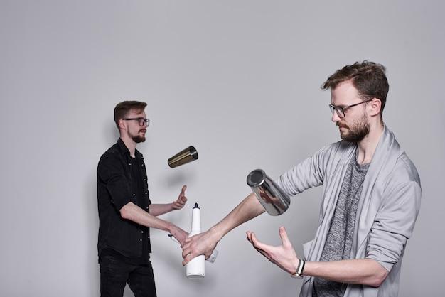 Бармены жонглируют бутылками и трясутся на белой стене, близнецы