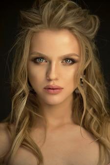 Портрет женщины красоты в студии