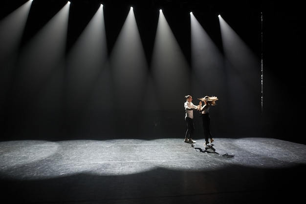若いカップルの踊りカリブ海サルサ