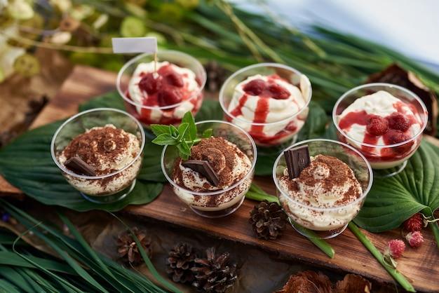 Мороженое, ягоды и мята, а также шоколадный выборочный фокус