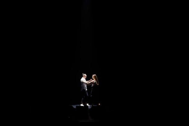 プロのダンサーがラテン系のダンスを演奏します。情熱と表現