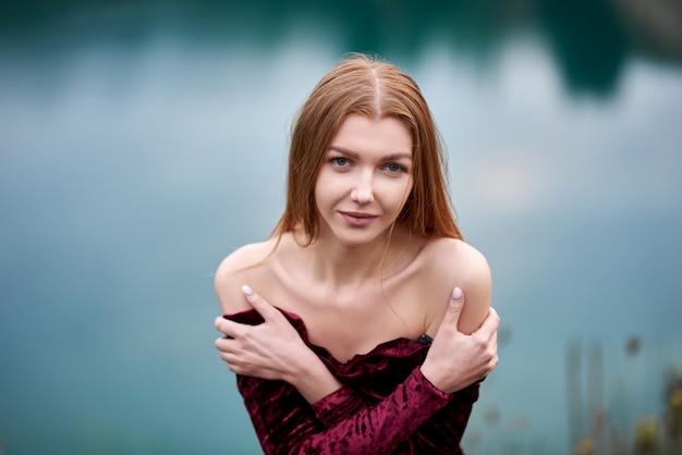 Девушка стоит на скалах возле озера. горный пейзаж, горный пейзаж в восточной европе.