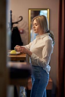 Красивая девушка пьет кофе за столом в кафе. эмоциональный портрет,