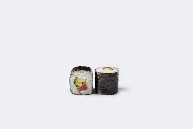 白で隔離されるロール寿司