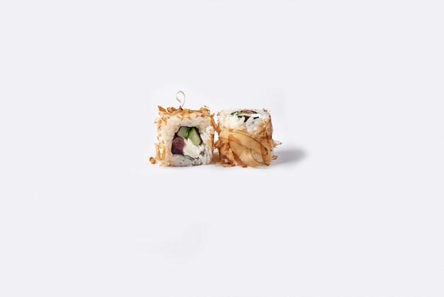 ホワイトスペースで分離されたロール寿司