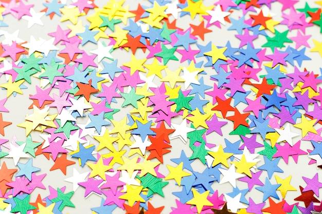 紙吹雪の色とりどりの星