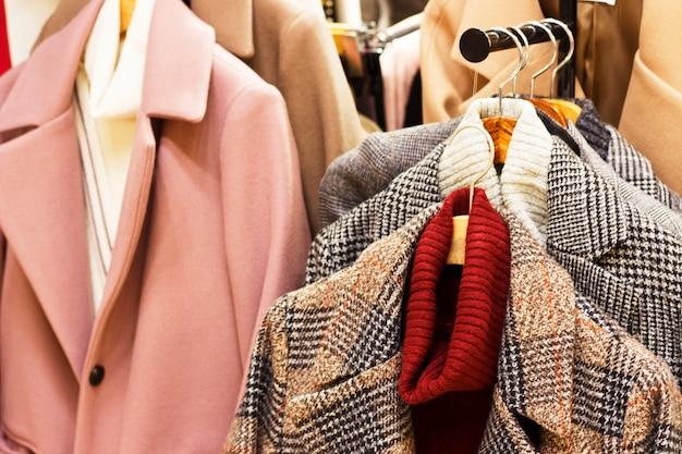 Женское пальто на вешалке в магазине одежды