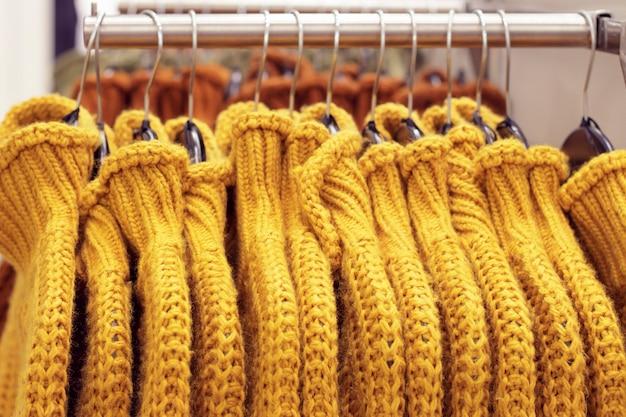 店のハンガーに掛かっている服、服のコンセプトの選択