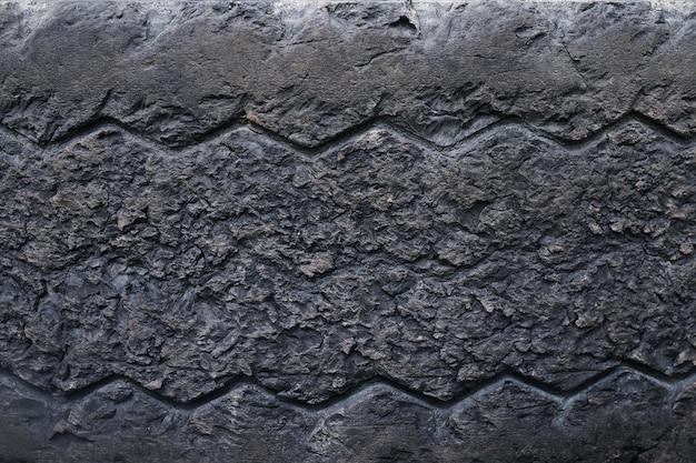 古い破損し、摩耗した黒いタイヤのトレッドトラックを閉じます。タイヤのトレッドの問題と交通安全のためのソリューション