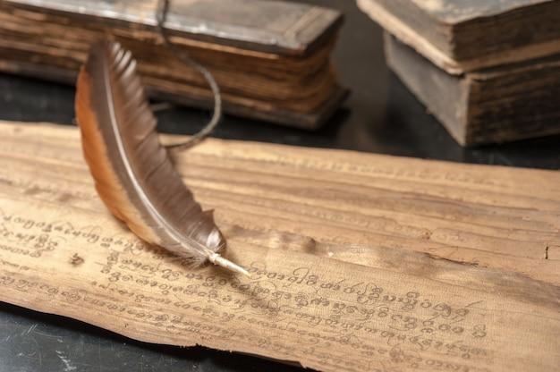 鳥の羽を持つ古代の論文