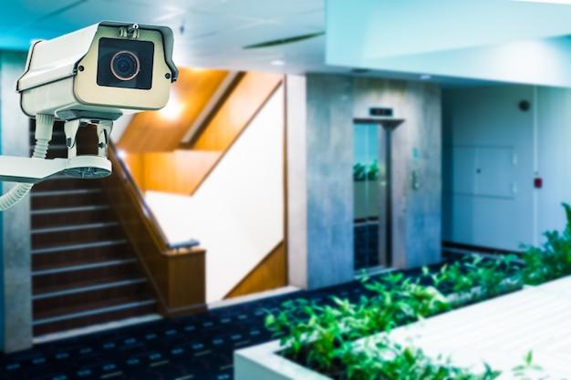 Видеонаблюдение в здании перед лифтом