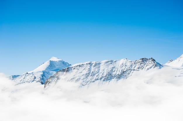ユングフラウ地域からの青い空と雪山範囲の風景