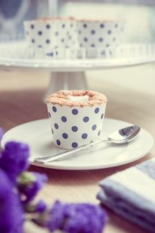 カップケーキとラベンダーのヴィンテージ色のトーン
