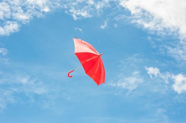 青い空と赤い傘