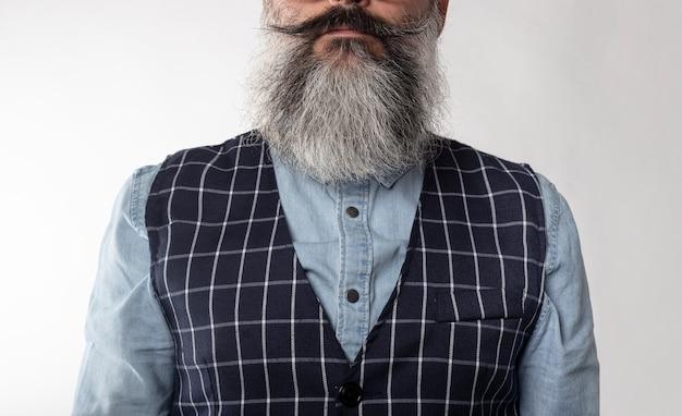ひげヒップスターデニムシャツと成熟した男のクローズアップ顔