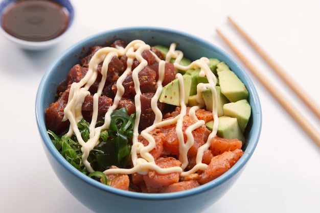 Вкусная миска с лососем, тунцом, авокадо, рисом, салатом с эдамамом. изолированное изображение