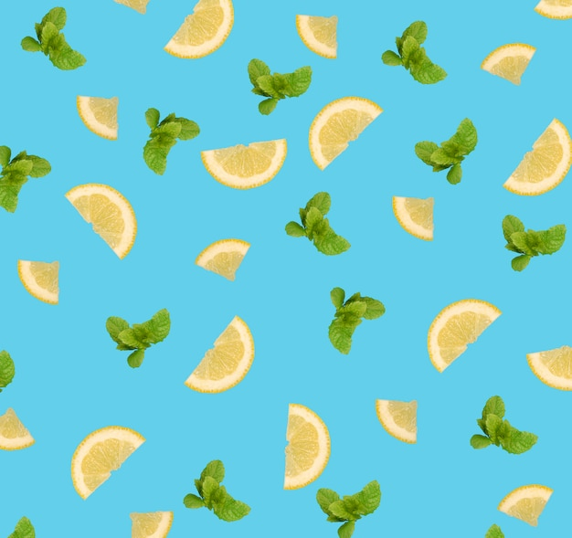 青色の背景にレモンスライスとミントの葉のパターン