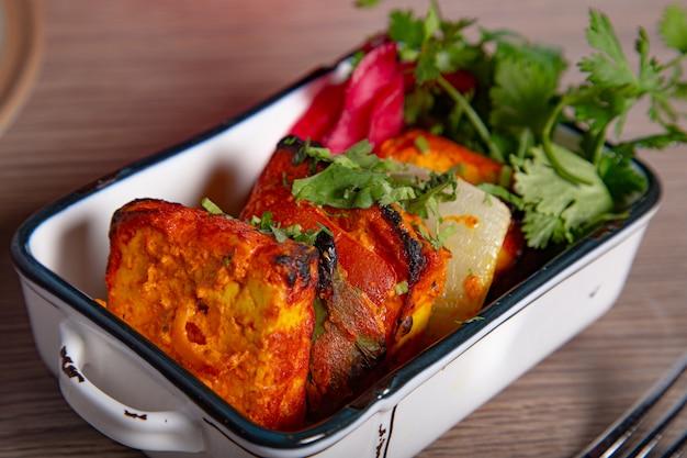 Панир тикка масала. индийская кухня тонировка. выборочный фокус