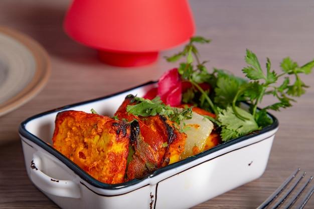Панир тикка масала. индийская кухня тонировка.