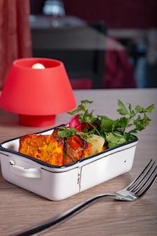 Панир тикка масала. индийская кухня тонировка. вертикальное изображение
