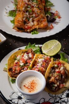 木製のテーブルにメキシコの牛肉のタコス料理。