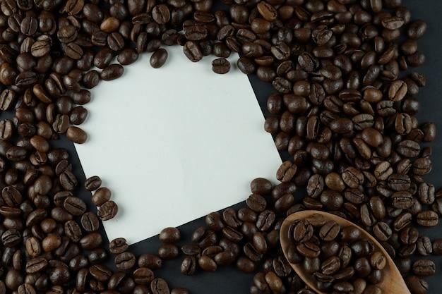 コーヒー豆の焙煎の背景。コーヒー豆の焙煎に空の紙