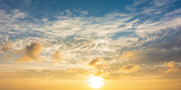 夕方または日の出と雲の背景の夕景と抽象的なカラフルな空